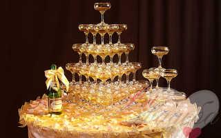 Фонтан из шампанского на свадьбу и торт из пирожных как неотъемлемая часть меню